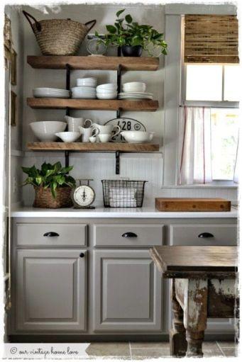 Cocina gris estantes madera y forja