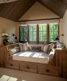 Sofá cama bajo ventana