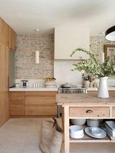 Cocina pared piedra isla madera