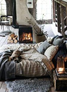 Cama junto a la chimenea