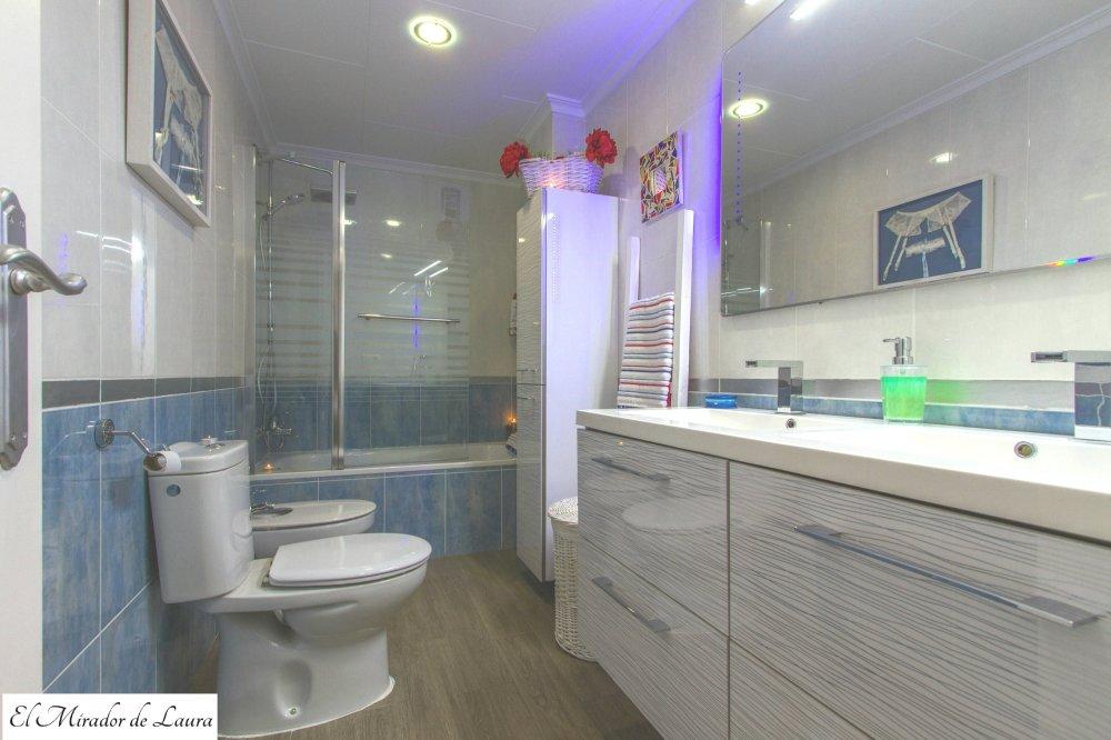 Baño principal azul