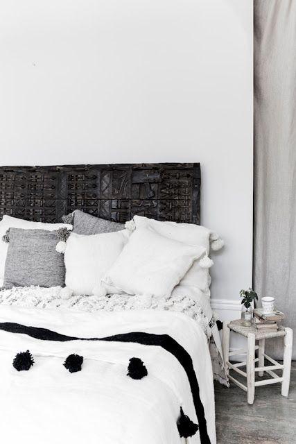 esencia nómada. pompon blanket, taburete de madera y handira marroquí