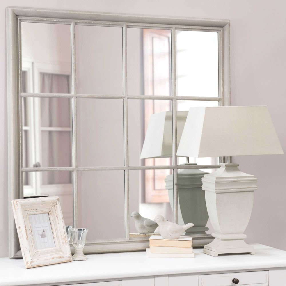 El espejo Camargue es un espejo de tipo ventana de madera gris_